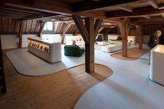 Industriele gietvloer van motion in ruimte met veel hout wonen in