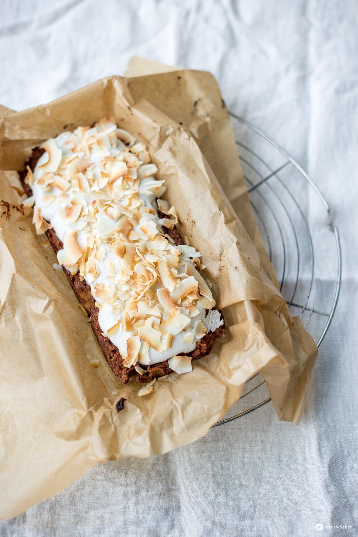 Heute gibt's mal einen gesunden Kuchen bei uns: Paleo Karottenkuchen mit Kokosfrosting - ohne Gluten, Laktose und Industriezucker mit Kokosmehl gebacken.