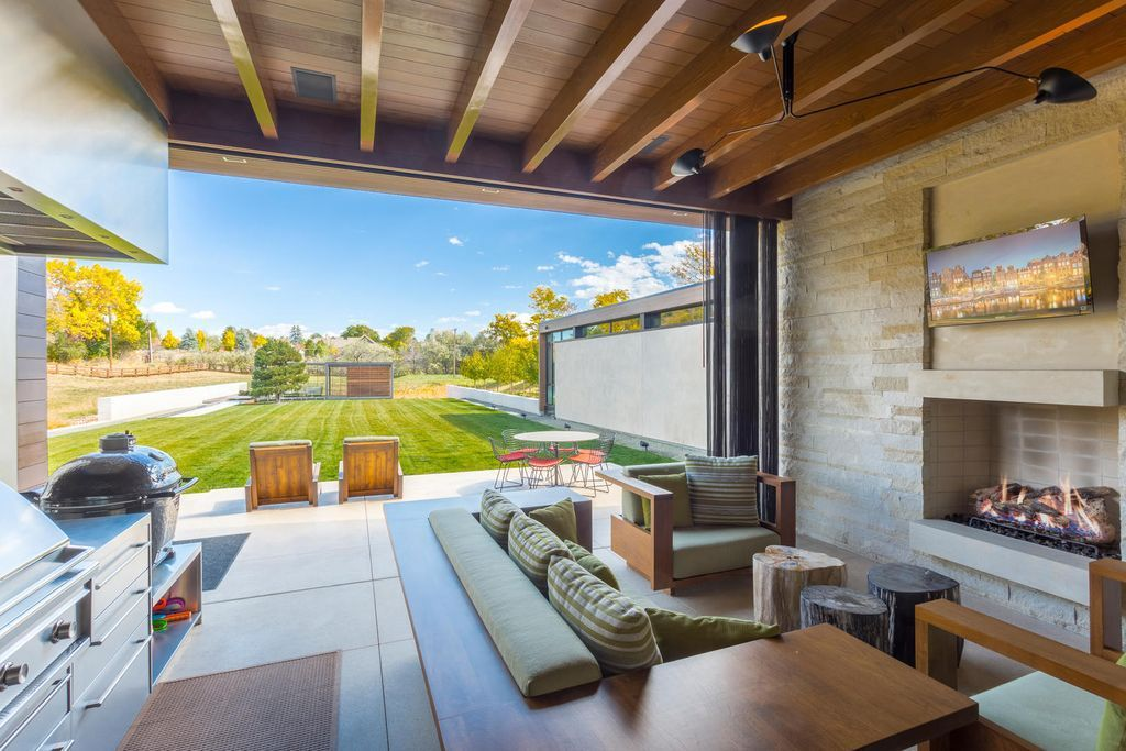 Gorgeous Modern Home With Enviable Indoor Outdoor Living Asks 9 5m Indoor Outdoor Living Indoor Outdoor Living Room Modern Homes For Sale
