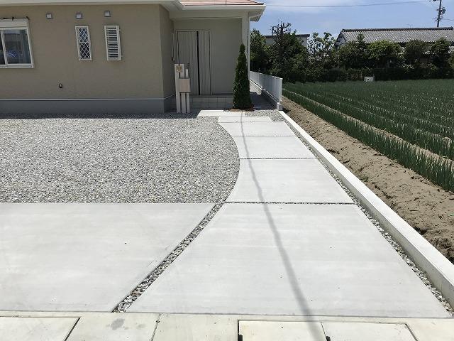 広いお庭に 駐車場と玄関アプローチをゆるやかな曲線で分けました