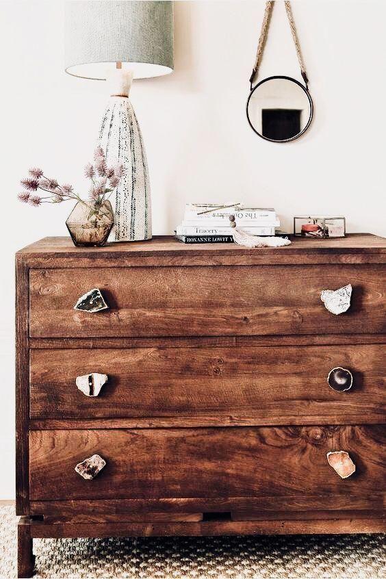 Diese Kommode ist eine der niedlichen Schlafzimmerideen, die antiken Schwingungen verleihen. #flatdec ...