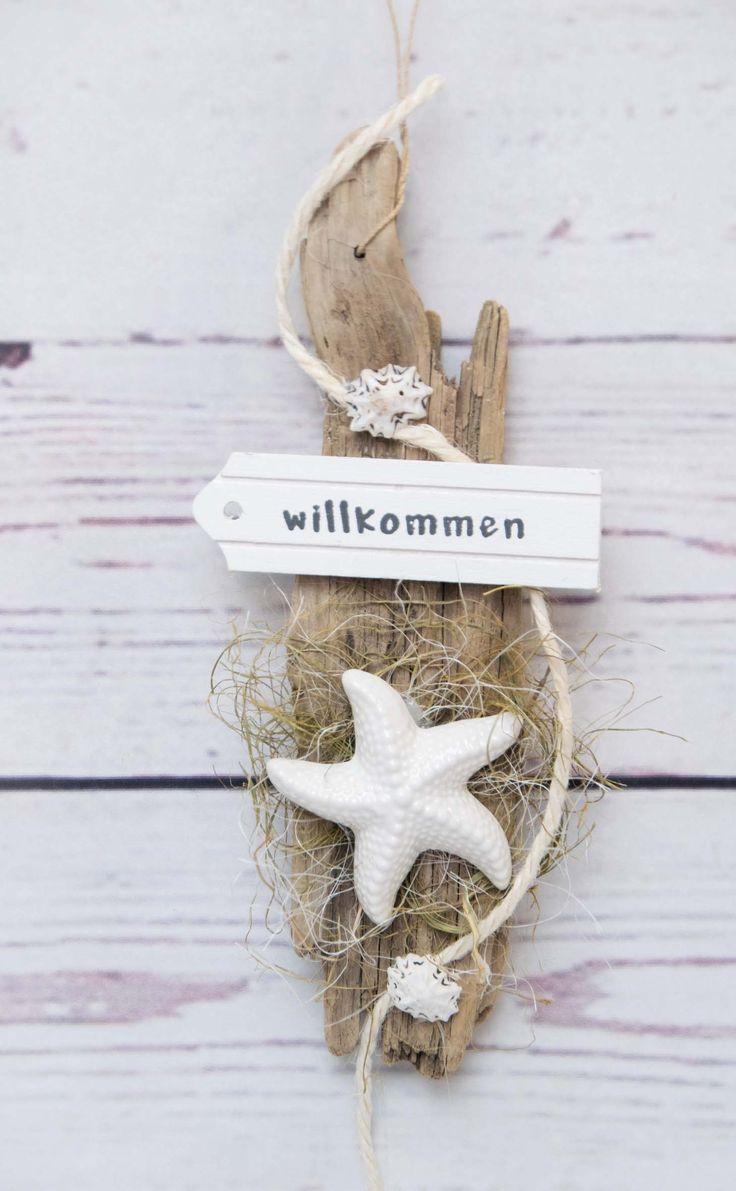 Photo of Maritim dekorasjon, sjøstjerner på drivved, dekorert med naturlige materialer.