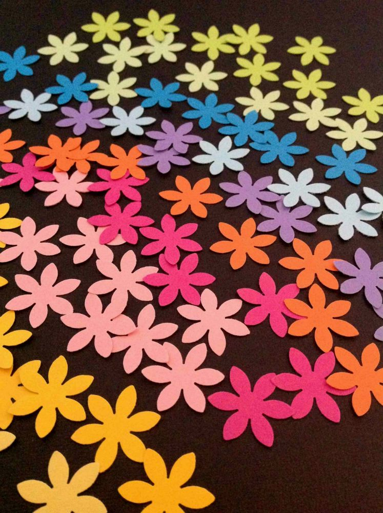 BLOMSTERKONFETTI 100 små blomster i 10 glade og friske farver. www.jannielehmann.dk