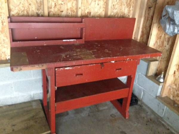 Free work bench in Milwaukee - sand, paint and voila ...