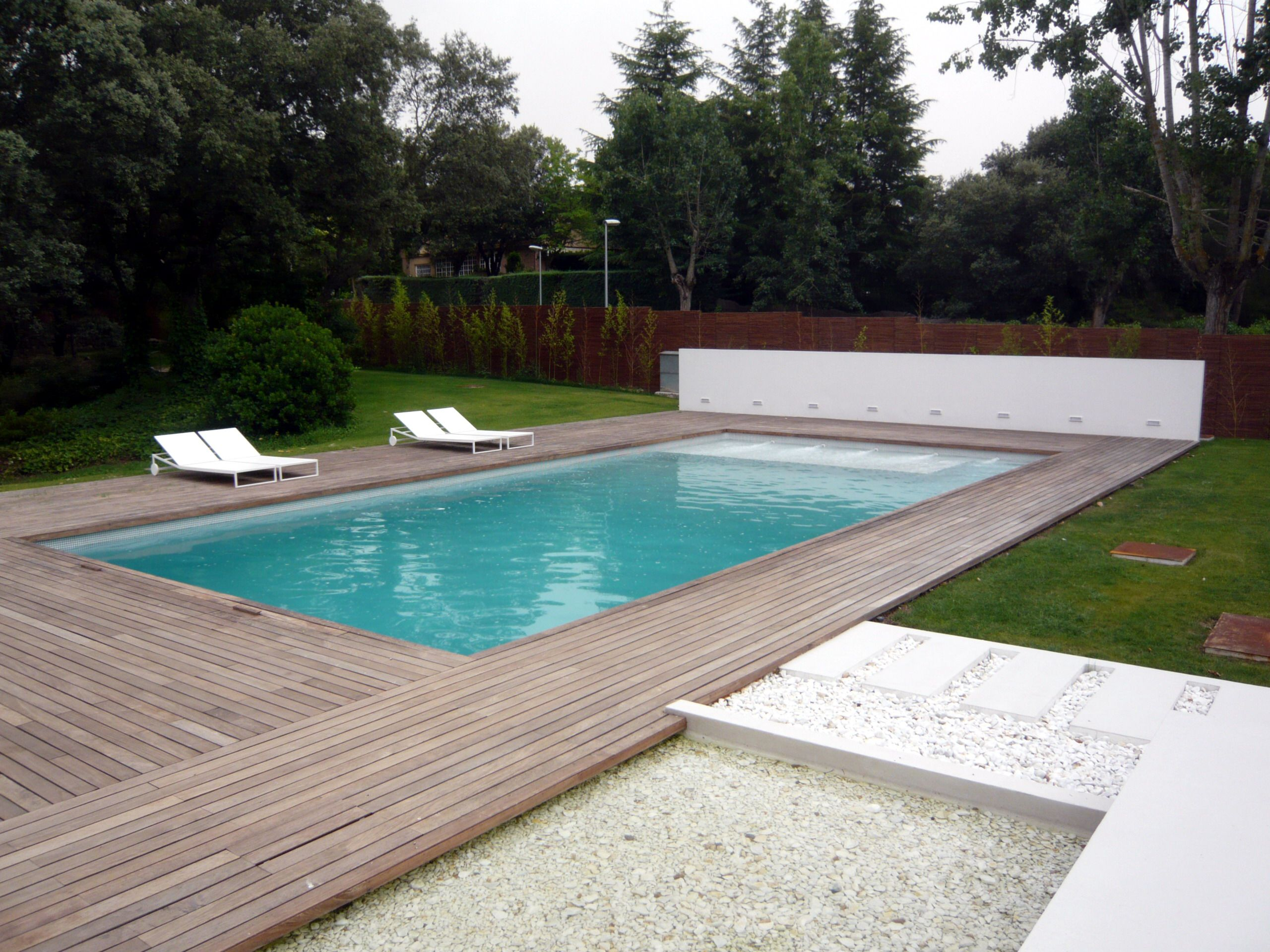 piscina climatizada con tarima de madera piscinas