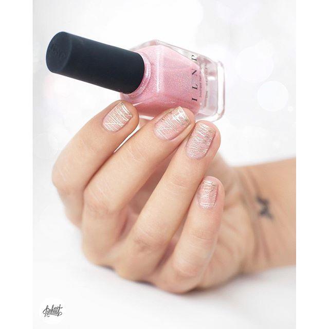 Les ongles de princesse à la lumière du jour (oui oui on a de la lumière aujourd'hui et j'ai éteint le chauffage ) #nails #nailstagram #nailart #pink #holo #ilnp #moyou #essie