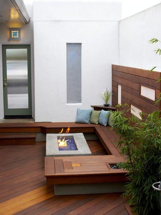 Kleine Terrasse Holz Sitzbank Beton Feuerstelle Bambuspflanzen