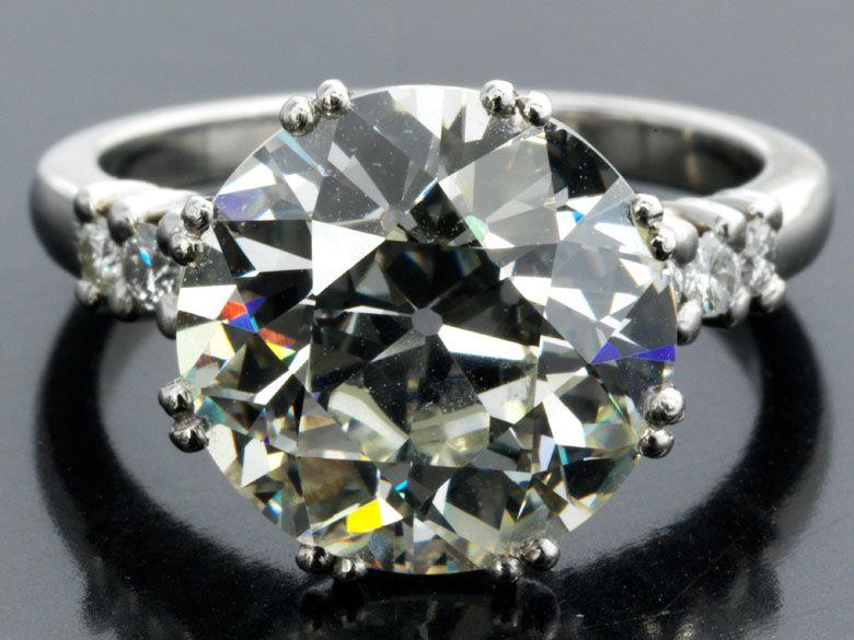 Ringweite: 53. Gewicht: ca. 8,3 g. Platin. Beigefügt ein Befundbericht von GIA Nr. 2175035677 vom Februar 2015. Hochwertiger, klassischer Ring mit großem...