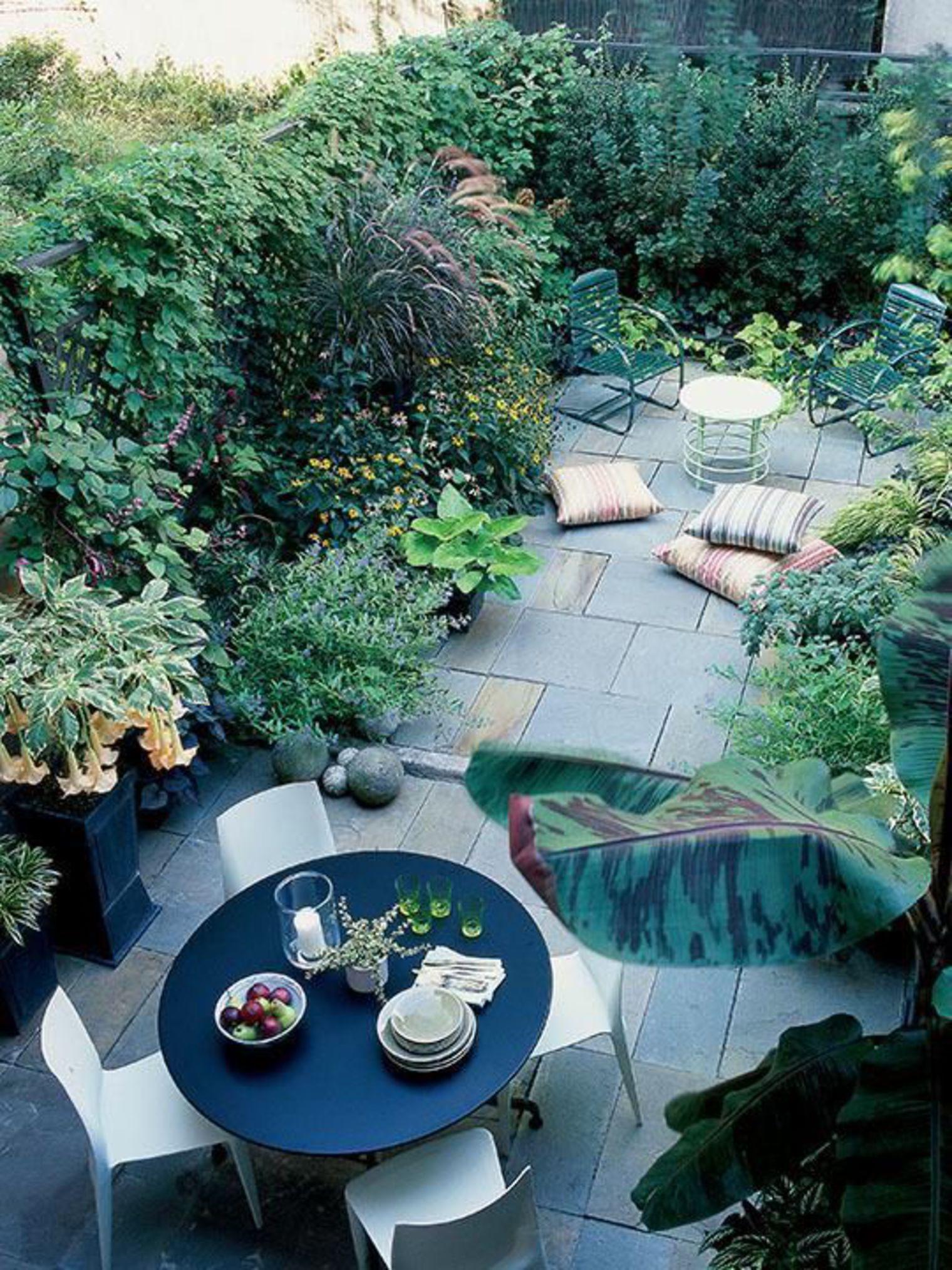 Un petit jardin de ville carrelé à la végétation luxuriante | Idées ...