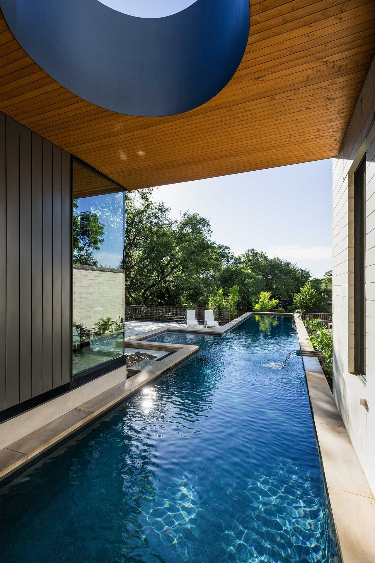A Modern Home In Austin With A Pool That Bisects The House Architecture Houses In Austin Amazing Architecture