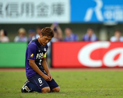 [ J1:第26節 広島 vs 神戸 ] 試合は、広島15本、神戸16本とシュートの多い試合となったが得点は1ゴールずつ奪い、1-1の引き分けに終わった。 (写真)終了後、ピッチに座り込む広島の青山敏弘(広島#6)。 タグ:青山敏弘  2014年9月27日(土):エディオンスタジアム広島