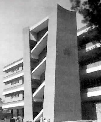Fachada con escaleras exteriores, Escuela Superior de Ingenieria