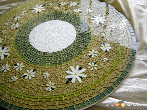 """Mosaico: Tampo prato giratório para mesa de jantar em MDF com tema: """"Jardim II""""  Confecção: Vidro, pastilhas de cristal verde e amarelo, pastilhas de vidro e resina branca, verde escuro, amarelo, rejunte branco e verde claro.  As peças podem sofrer alteração de cor. Foto meramente ilustrativa. O tamanho e as cores do prato podem ser personalizadas pelo cliente. R$ 375,00"""