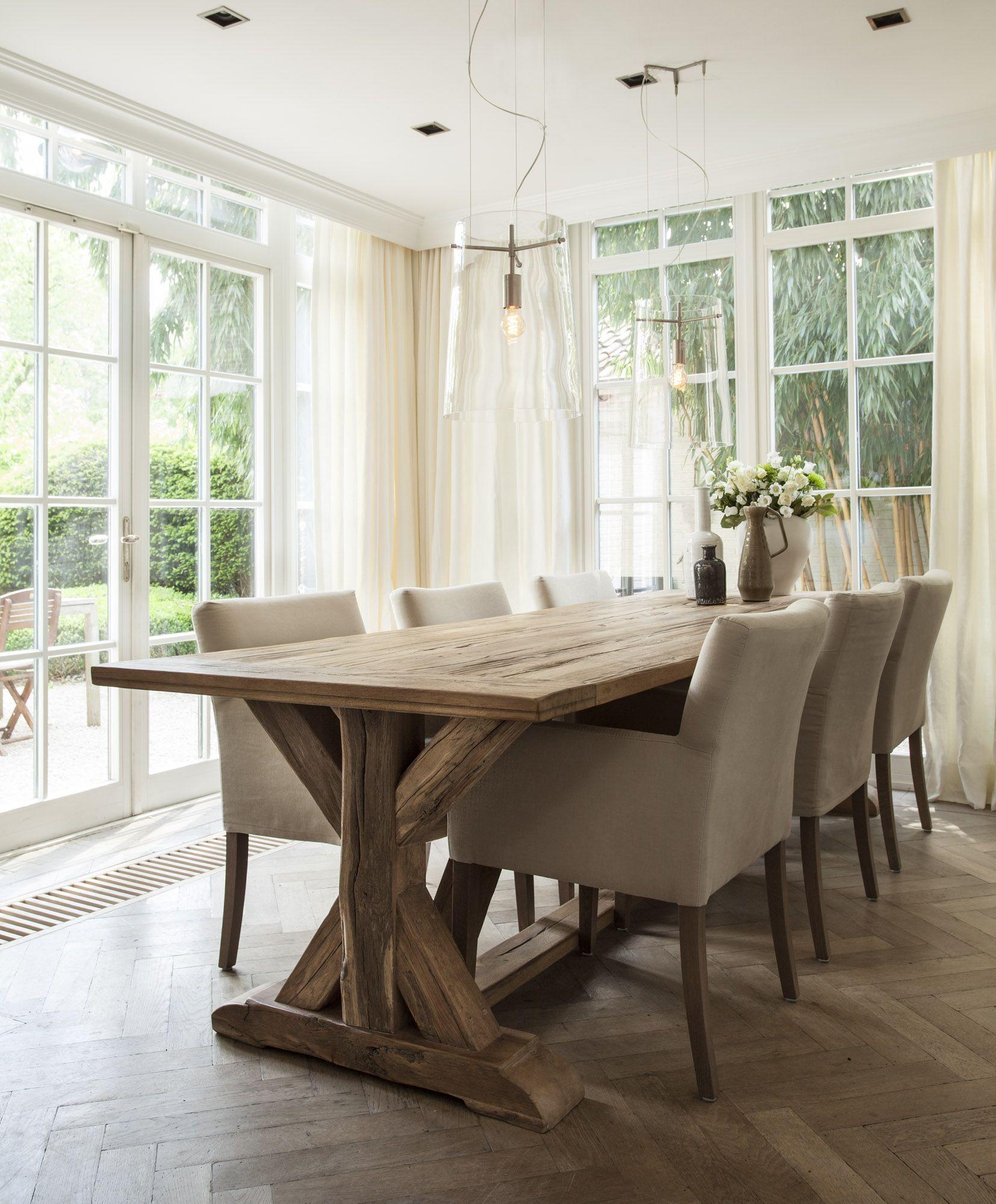 De robuuste houten tafel geeft het interieur een stoere uitstraling nano interieur - Interieur eigentijds houten huis ...