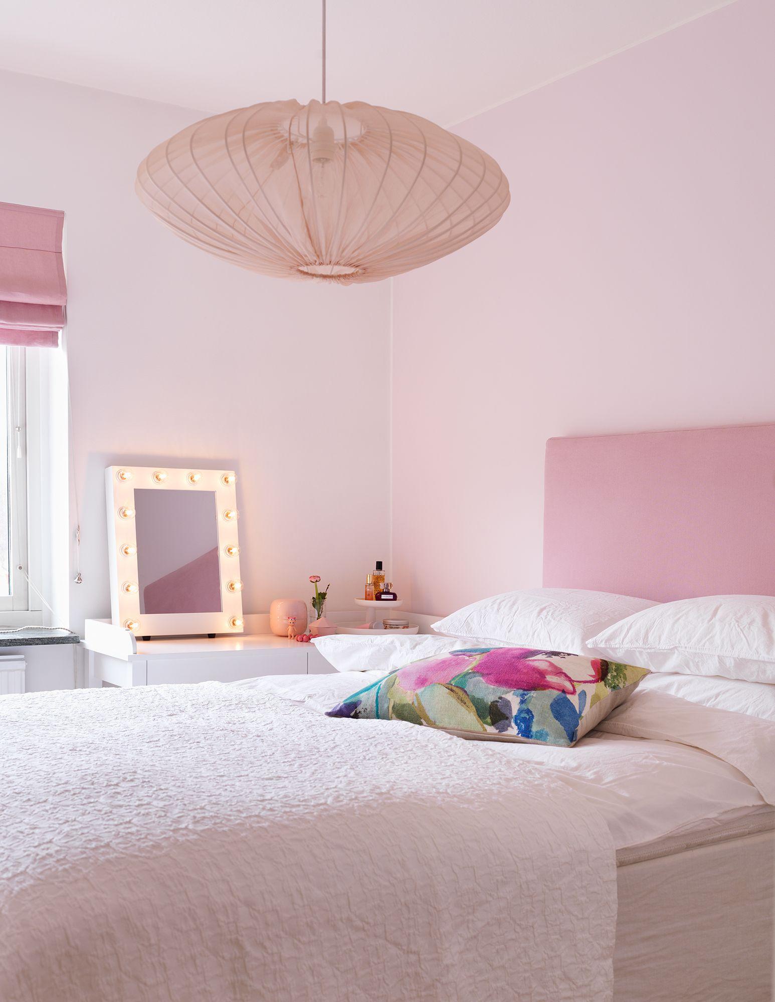 Sovrum - Inrett i ljusa rosa toner med klädd sänggavel ...