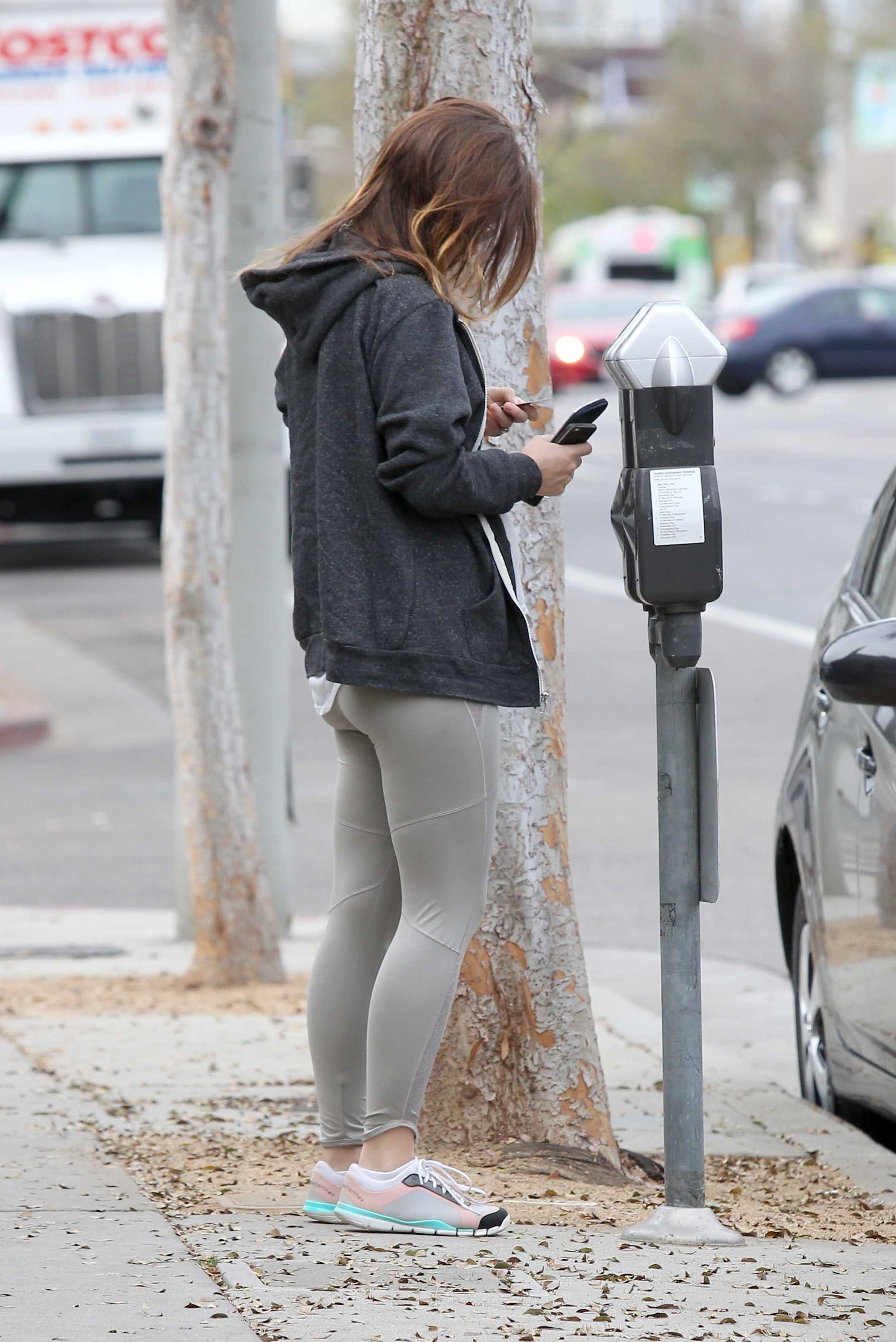 olivia wilde booty in tights at yoga class in west
