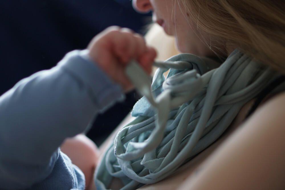 Baby zappelt an der brust