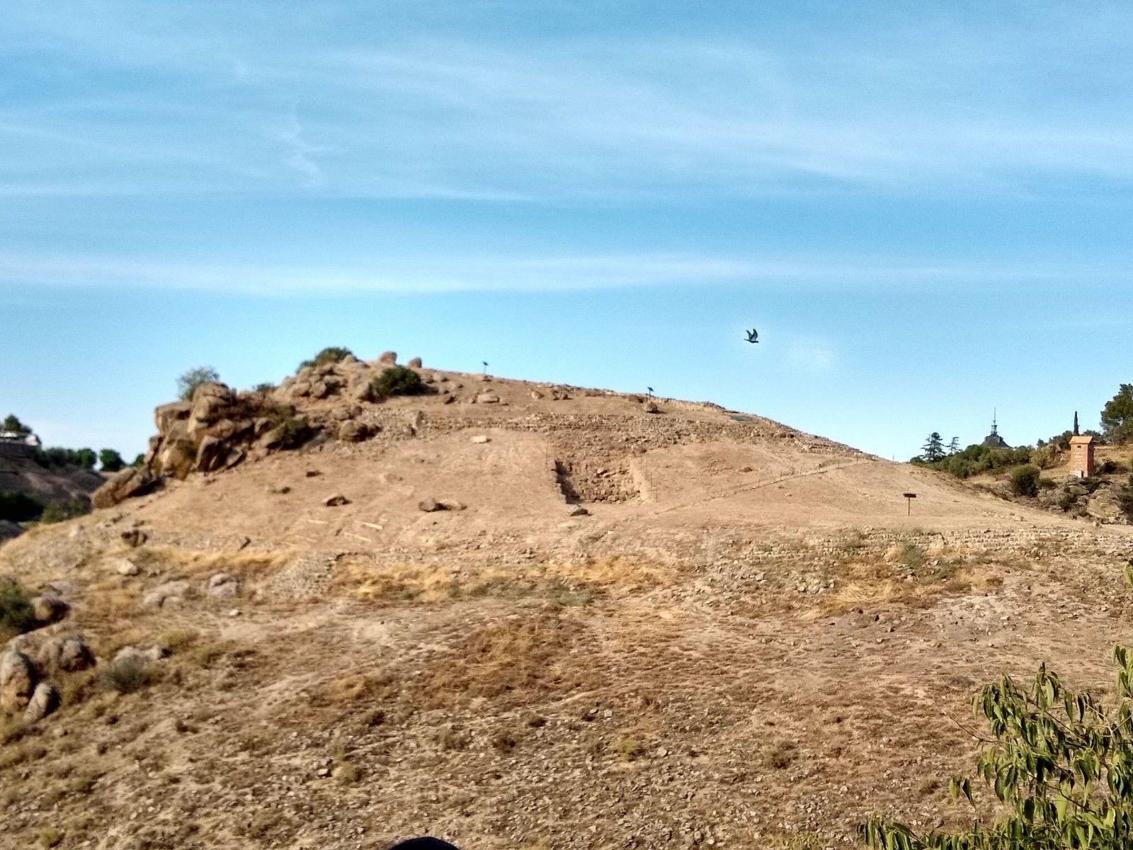 El cerro, es un cerro pelado de arenisca con una zona pedregosa en el lateral
