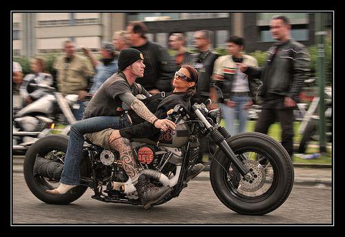 Er sucht sie motorrad
