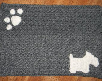 We Are In Love With This Crochet Dog Bowl Mat Pattern Free Tutorial And It Will Look So Cute At Your Home Crochet Dog Sweater Crochet Crafts Crochet Patterns