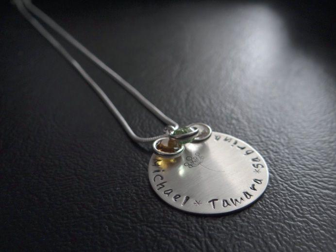 Ihr bekommt ein Medaillon, welches einen Durchmesser von 25 mm hat  und an einer Schlangenkette hängt, handbestempelt mit dem Spruch oder den Namen...