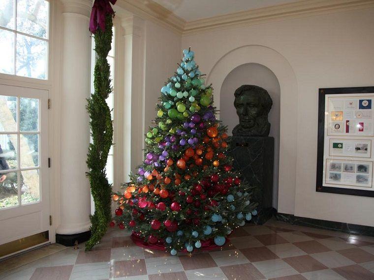 bolas de colores vibrantes decorando el rbol de navidad