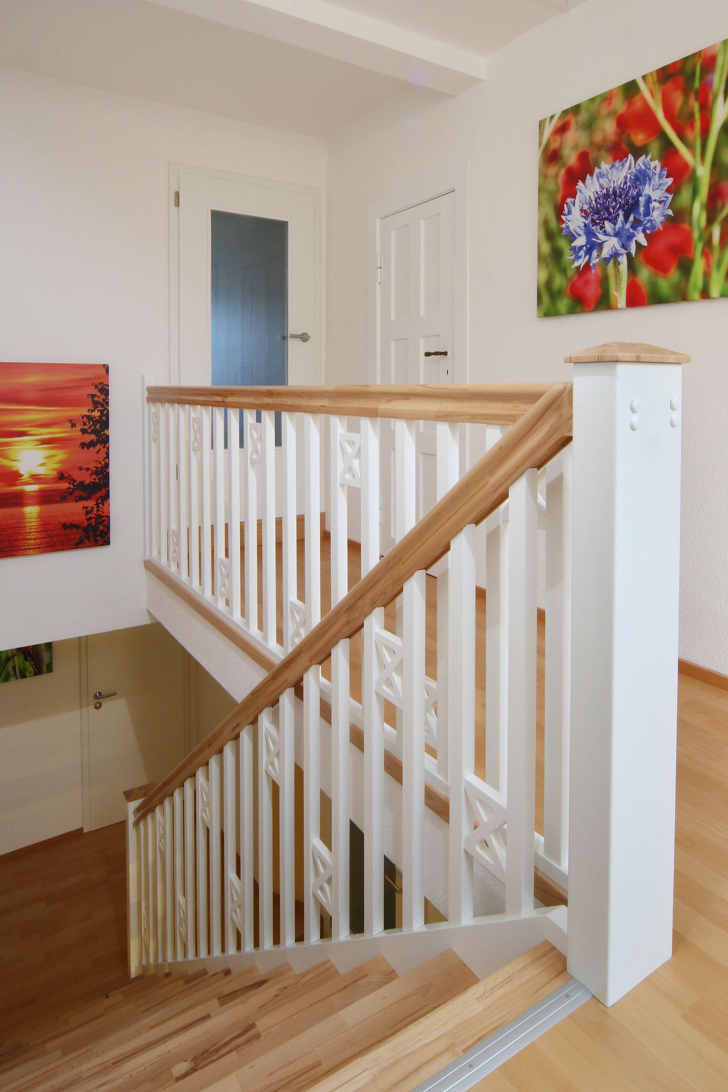 Die STREGER Treppe in T Form ist eine stilgerechte Lösung für großzügige Eingangsbereiche Durch in Wand eingegossene Auflager wirkt Treppe…