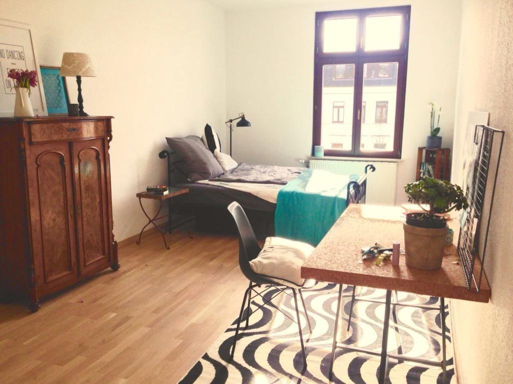 sch nes wg zimmer im leipziger s den mit bett schreibtisch kommode und gro em fenster. Black Bedroom Furniture Sets. Home Design Ideas