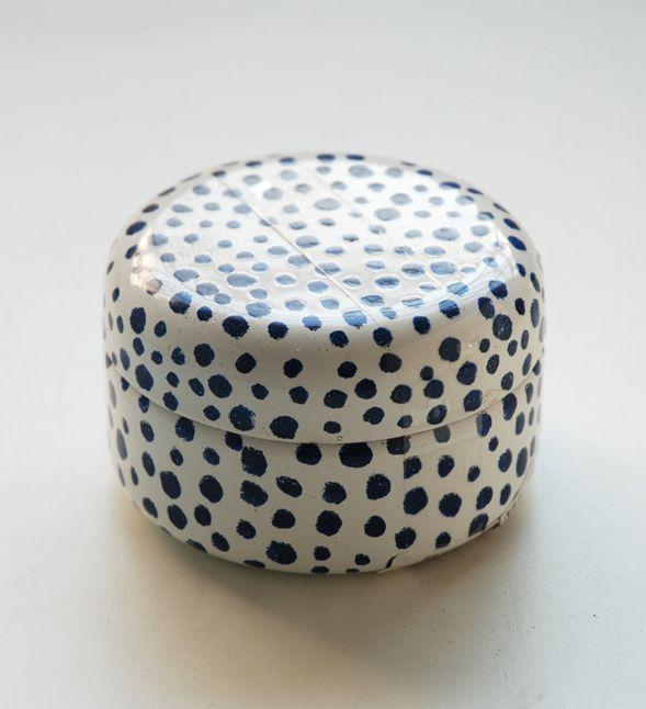 piccola scatola in metallo bianco pois blu. diametro cm.7. h.cm.4.