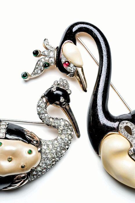 Nova Iorque: Fashion Jewelry: The Collection of Barbara Berger  Pregadeiras Royal Swan (à esquerda 1941) e Ming Swan (à direita 1942). Foto: Pablo Esteva.