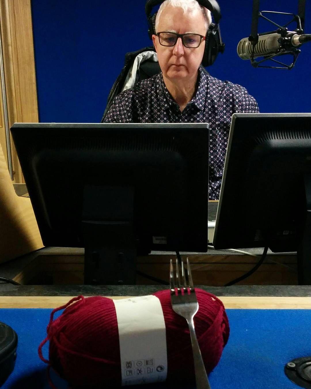 Teaching John Masterson of KCLR Live to knit a tiny beanie for @innocentdrinks #bigknit #ageaction #ageactionireland