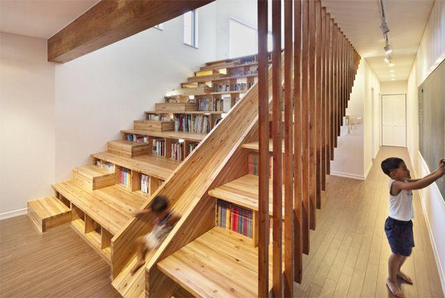 Escalera biblioteca y tobogán