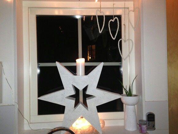 Julstjärna med ljus i betong.