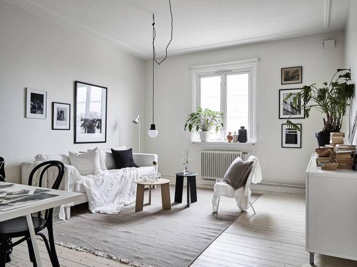 Mesa blanca, sillas negras Sillas negras, Mesitas blancas y
