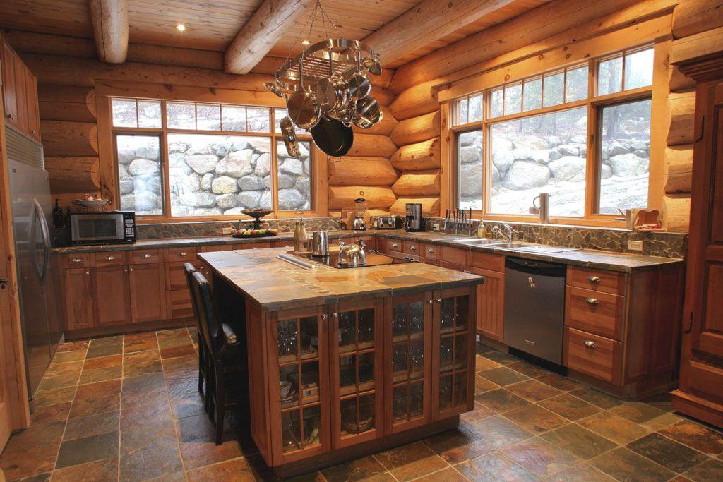 cuisine rustique avec mur billot log wall in a rustic