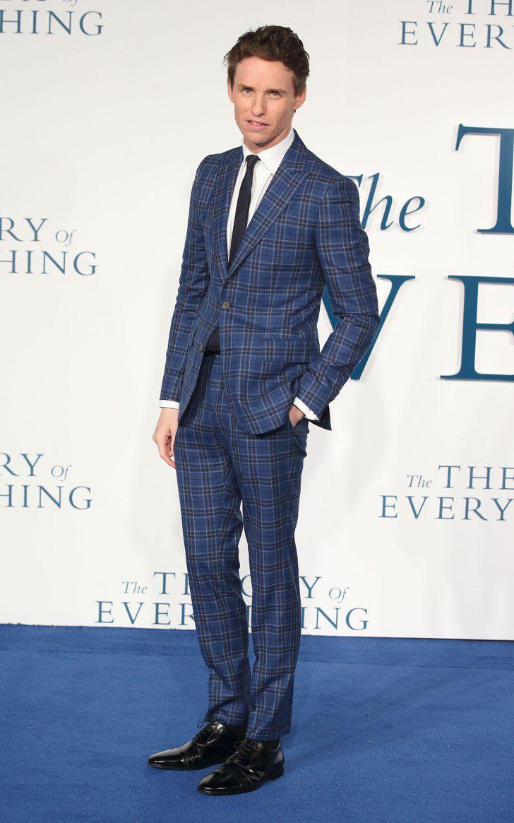 Pin for Later: Die britische GQ hat entschieden und der am besten gekleidete Mann ist. . . Bei der Premiere von Die Entdeckung der Unendlichkeit bewies Eddie Nationalstolz und wählte einen Anzug des britischen Labels Hardy Amies.