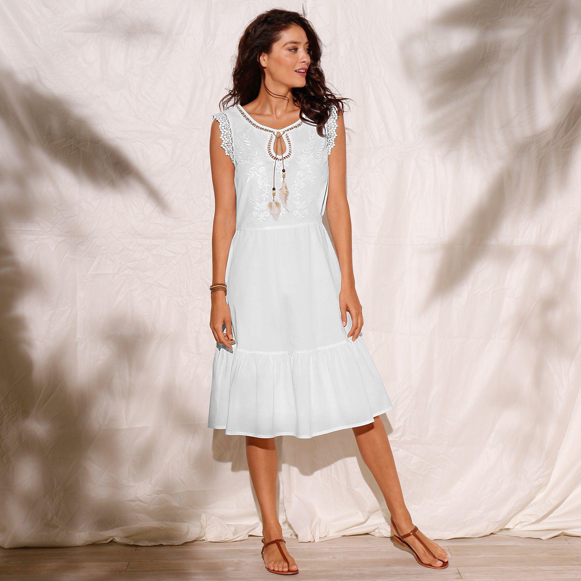 Le Charme A L Etat Pur Voici La Robe A Avoir Absolument Cette Saison Tant Elle Sublime La Feminite Robe Idees De Mode Robe Longue