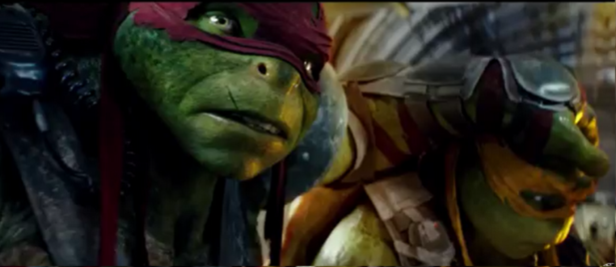 Omg omg look at them they are sooo cute Mikey looks so small compared to Raph omg I can't stop watching this trailer 😩❤️😭✨😱✨💨💨