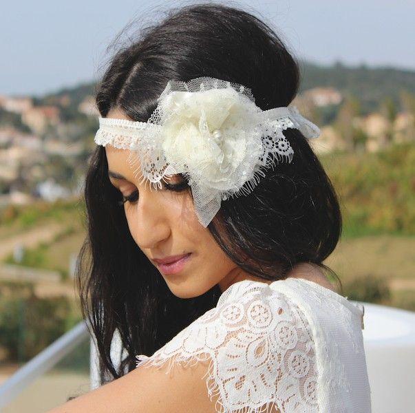 Headband dentelle mariage Belle époque - merveilleusement rétro, orné d'une fleur vaporeuse, ce très élégant headband vous seduira de part son côté chic et glamour.