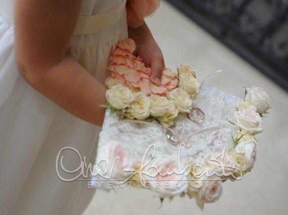 Matrimonio primaverile e colorato dal tema spagnolo. Un variopinto ventaglio floreale per il portafedi.