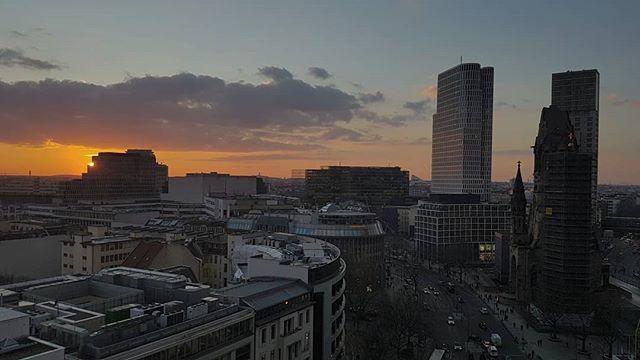 Zum Glück werden die Tage wieder länger und es ist zum Feierabend nicht mehr dunkel. . . . . . #sonnenuntergang #winter #berlin4you #berlinerwinter #berlin #kiezcouture #himmelüberberlin #wheninberlin #kiezcouture #sonne #igersberlin #ig_berlin #visit_berlin #diewocheaufinstagram #instaberlin #berlineransichten