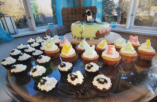 Suklaa-vadelma ja mustikka-vanija cupcakes