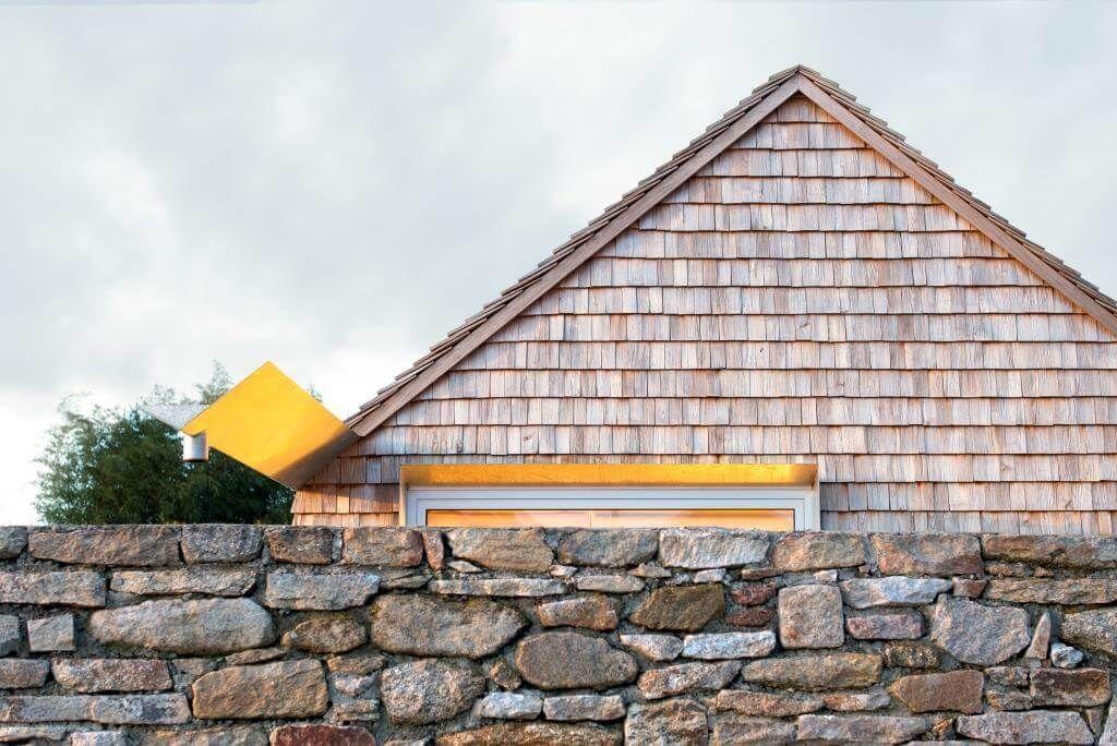 Photo of Ökologisch gebaut: Holzgiebel hinter Natursteinmauer