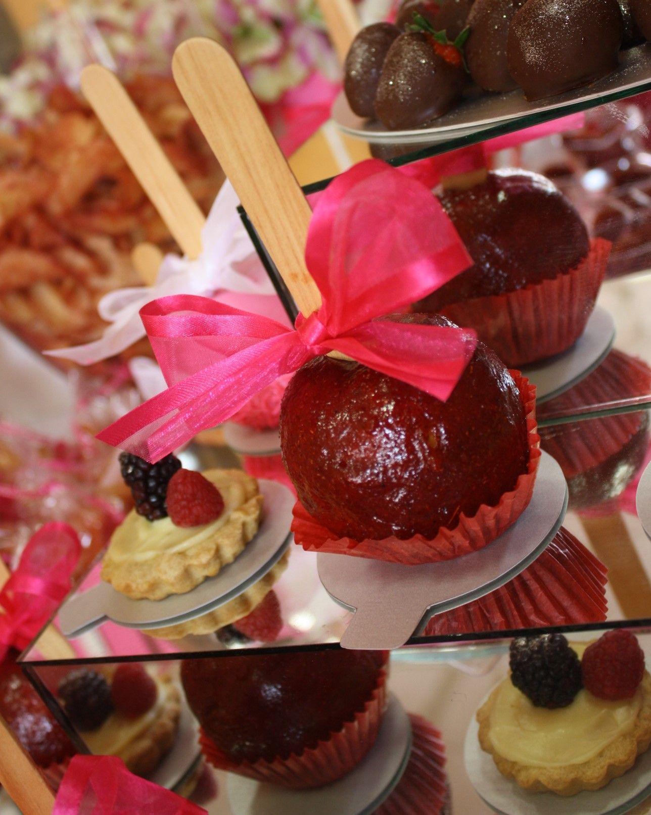 Mesa de dulces para bautizo ni a manzanas cubiertas de for Mesa de dulces para bautizo de nina
