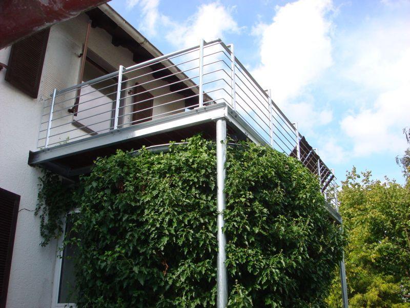 Balkon mit Bangkiraiboden, Geländer mit waagerechten Stäben | Balkon ...