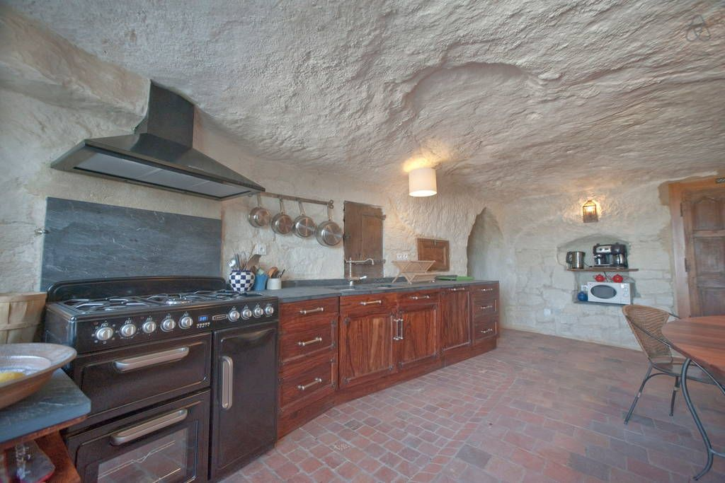 Regardez Ce Logement Incroyable Sur Airbnb La Troglo A Plumes Habitations Troglodytes A Louer A Louer Logement Troglodyte