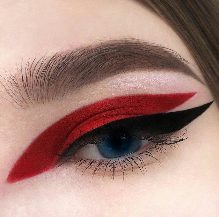 Roter und schwarzer grafischer Eyeliner-Make-up-Look #BeginnerMakeupTips   – Beginner Makeup Tips