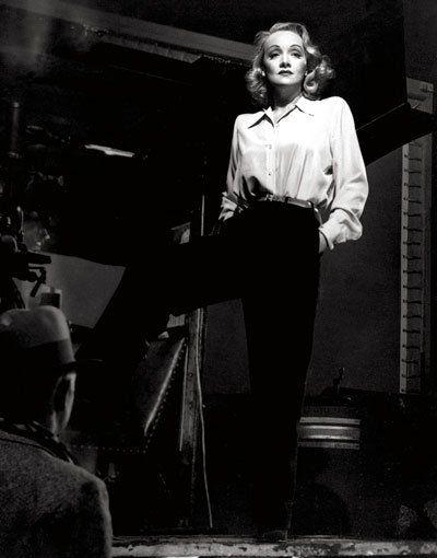 Dandy-Look: Marlene Dietrich wusste genau, welche Schnitte und Stoffe zu ihren langen Beinen und ihrer T-förmigen Figur passten – sie sah nie maskulin oder wie ein Mannweib aus. Schulterpolster betonten die Körperform. Weiche Stoffe und eine schmale Taille gaben dem Look einen weiblichen Touch. (Foto: Vintage Style/Schwarzkopf & Schwarzkopf Verlag)