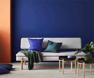 Canapé et tables basses dun beau design basique sur fond bleu