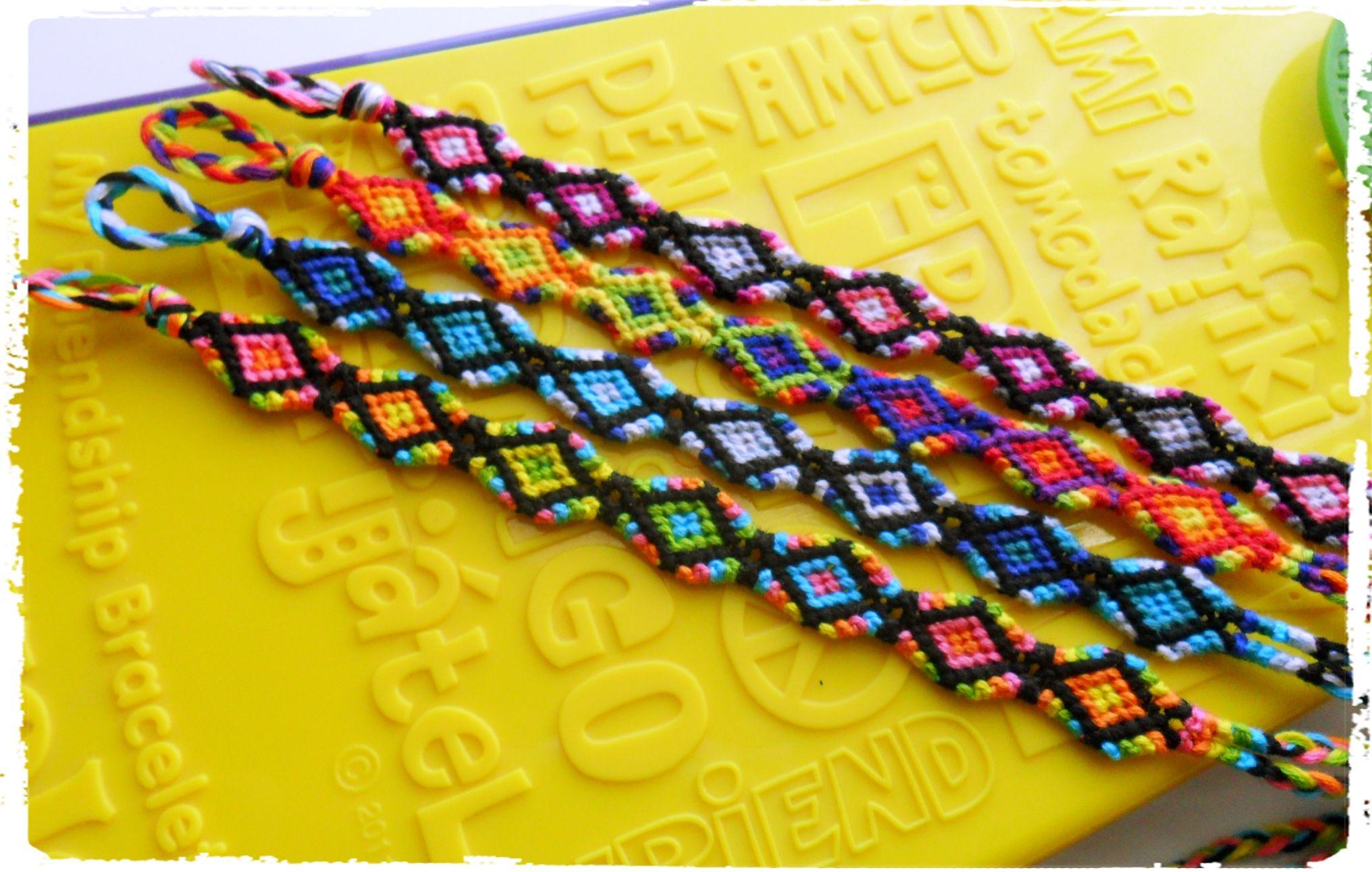Friendship bracelet round pattern